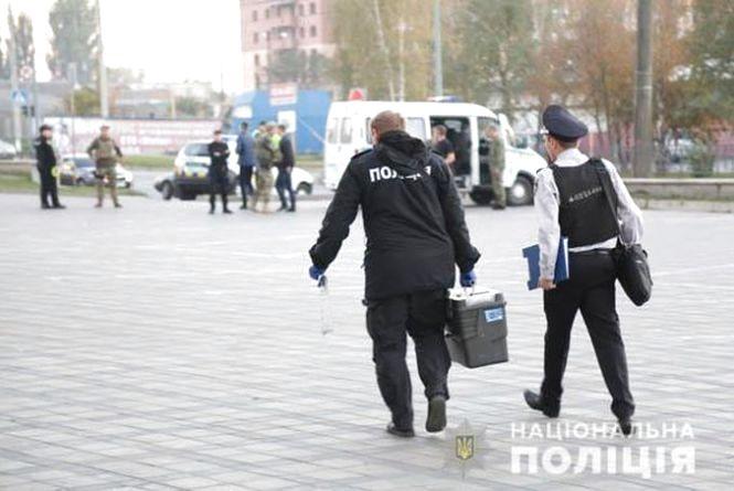 Чорна коробка під «Mitsubishi»: у Вінниці евакуювали 150 людей та оточили територію