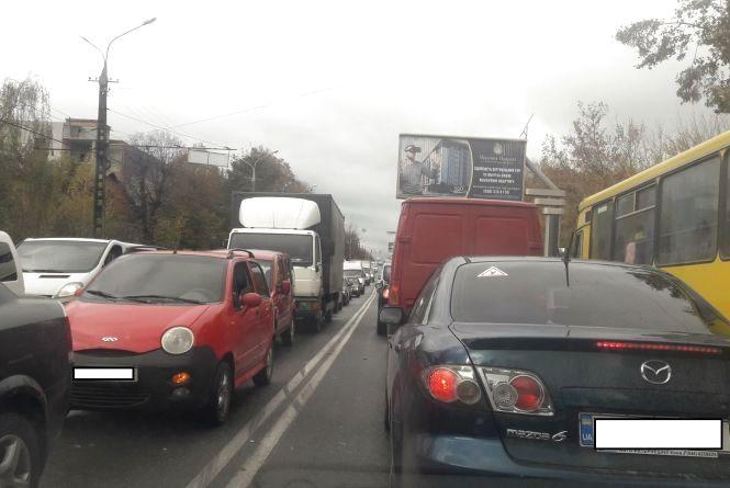 Хмельницьке шосе через ДТП погрузло в заторах