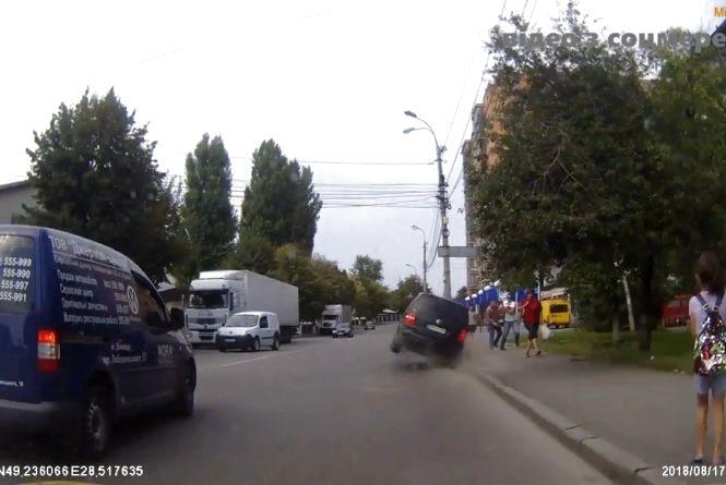 «Євробляха» ледве не збила пішоходів, але водій уникнув покарання