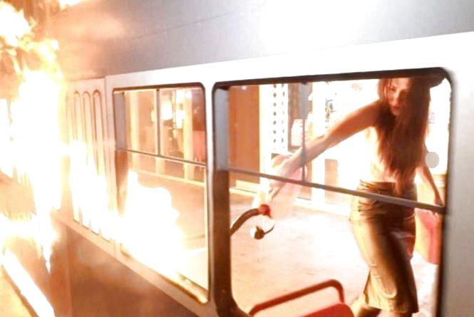 Рік тому активістка Femen спалила трамвайчик «Рошен». Що відбувається в суді?