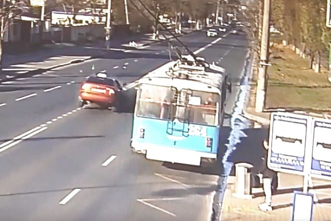 На Київській зіткнулись два авто. Водія одного із них забрала «швидка»