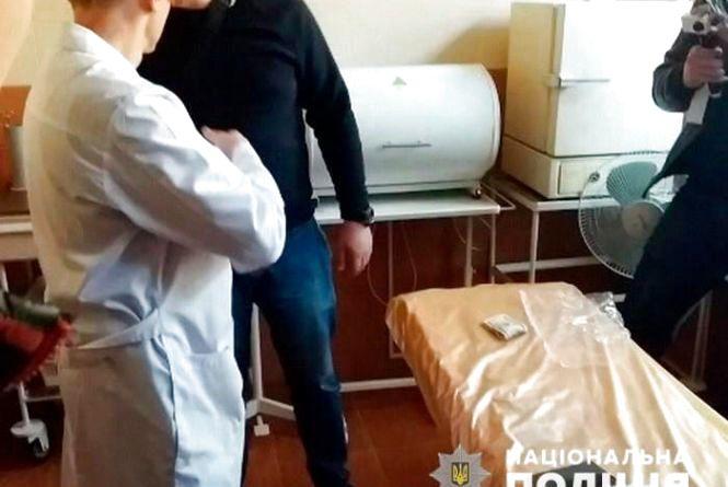 Чотири тисячі доларів за групу інвалідності: затримали лікаря-хабарника