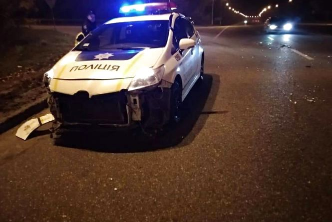 П'яний водій на AUDI в'їхав у поліцейське авто та розбив ніс «копу»