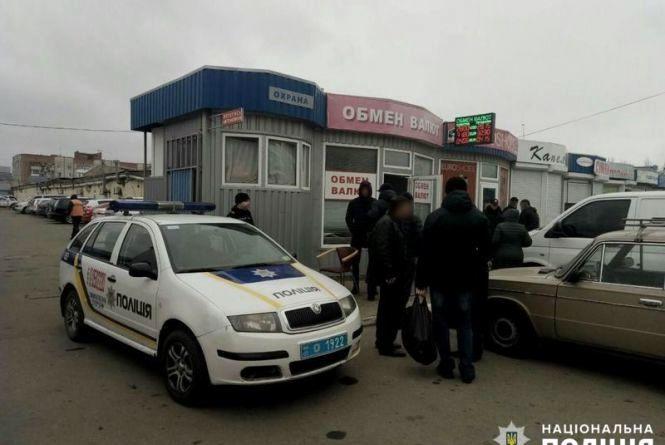 Вінничанин з пістолетом напав на пункт обміну валюти та поранив працівника