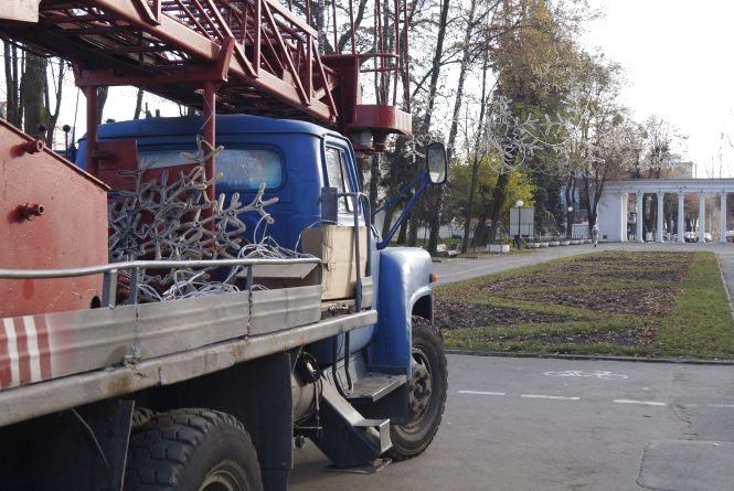 Фото дня: у Центральному парку розвішали новорічні гірлянди