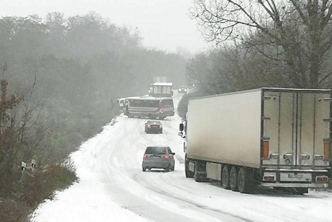Вінниччину замітає снігом. Водіїв попереджують про ускладнення руху