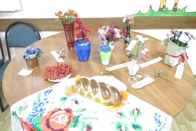 Виставку квітів «Осіння композиція» діти створили із бісеру