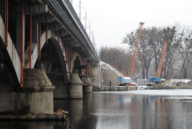 Під Київським мостом продовжуються ремонт: залишилися косметичні роботи