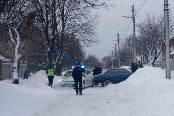 Негода на Вінниччині: водія на «дев'ятці» занесло у паркан
