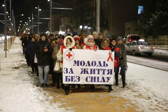 В пам'ять про померлих: Вінницькі студенти носили до Будинку офіцерів свічки