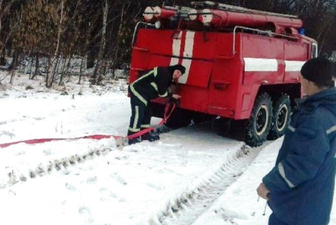 Ожеледиця та сніговий замет: рятувальники відбуксирували «швидку» та мікроавтобус з ліками