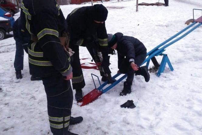 Пастка на дитячому майданчику: рятувальники допомогли 11-річному школяру