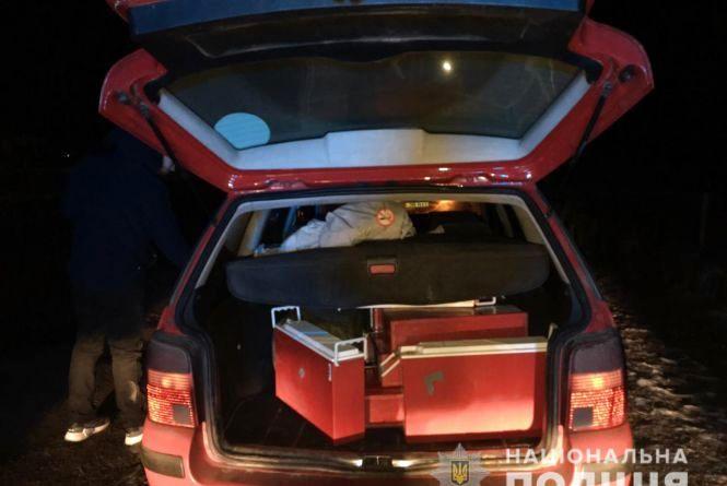 Троє вінничан на червоному Volkswagen крали акумулятори з мобільних вишок