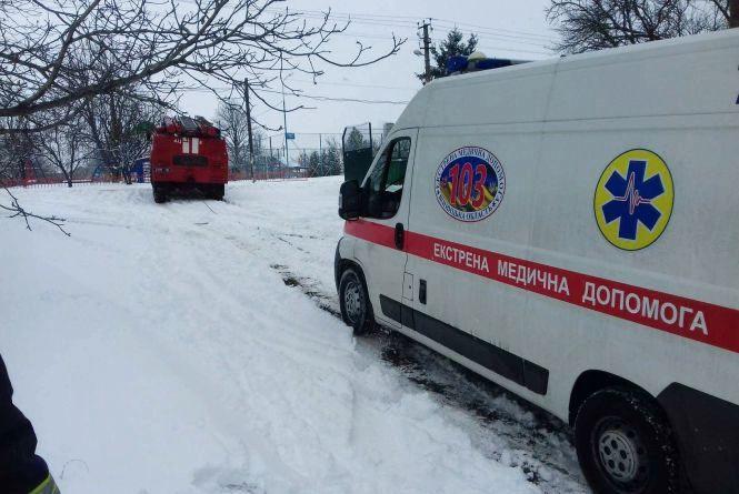 На Вінниччині у сніговому заметі застрягла швидка допомога з хворим