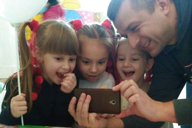 «Тату, чому колобок не котиться?» Дівчинка з Донецька озвучила «живу» книгу вінничанина