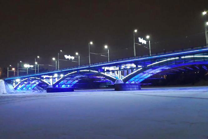 На Київському мосту запрацювала підсвітка, яка вартує майже 2 мільйони