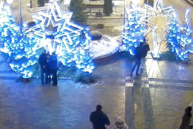 Ситуаційний Центр: іноземець пошкодив новорічну ілюмінацію, а на Київській Chevrolet в'їхав у дерево