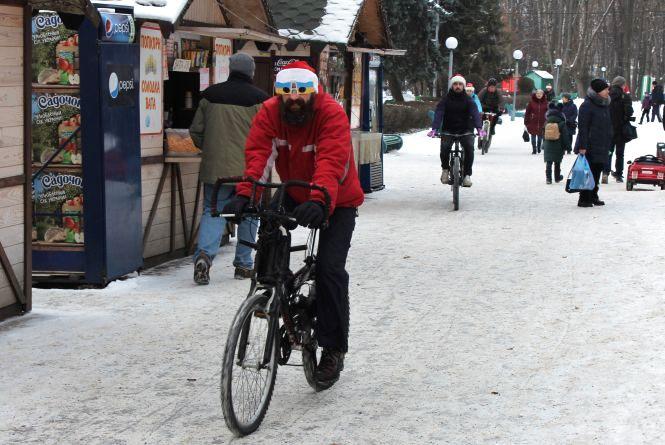 ВелоДіди та Снігурки: вінничани проїхали новорічним велопарадом