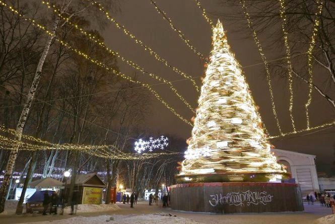 Центр міста у «вогнях». Як виглядає святкова Вінниця напередодні Різдва