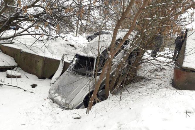 Двоє п'яних вінничан вкрали ВАЗ-21150 та врізалися на ній у дерево