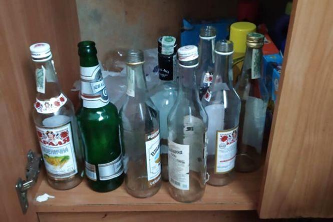 Тумбочка з порожніми пляшками від горілки: як жили діти у прийомній родині