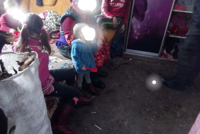 Чорна стеля та земляна підлога: як живуть діти у проблемних родинах на Вінниччині