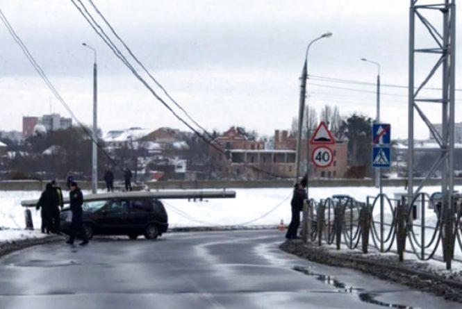 Вінниця 12-13 січня: групова бійка у парку та легковик, який зніс електроопору