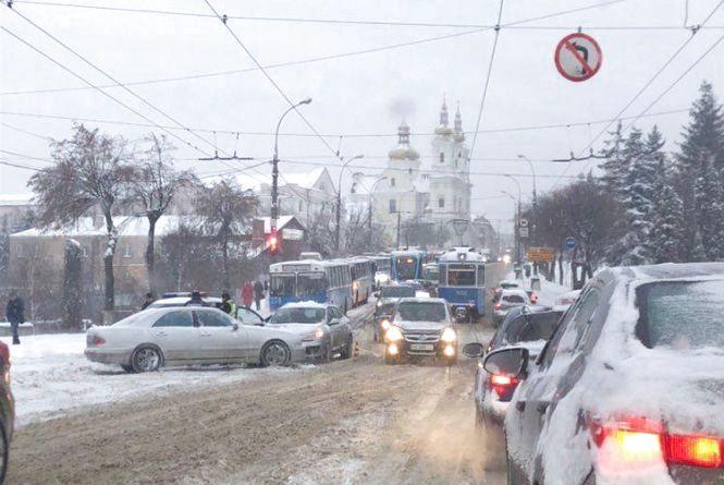 ДТП та затори: снігопад спровокував транспортний колапс у Вінниці