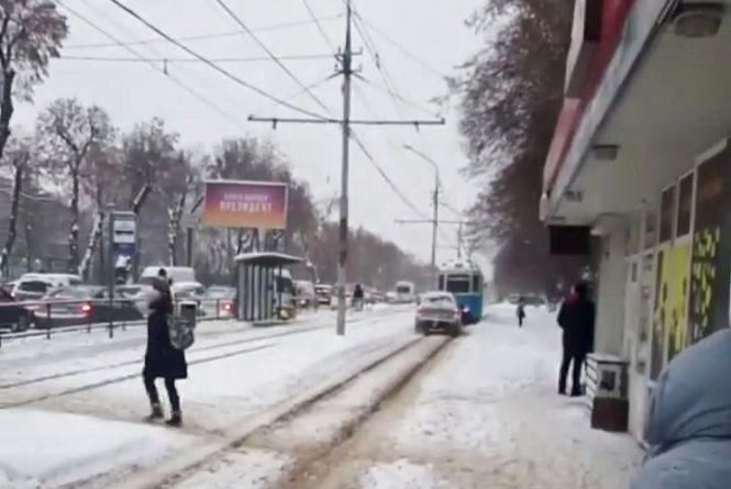 «Який розумний, правда!»: відео, як водій позашляховика їде по трамвайним коліям