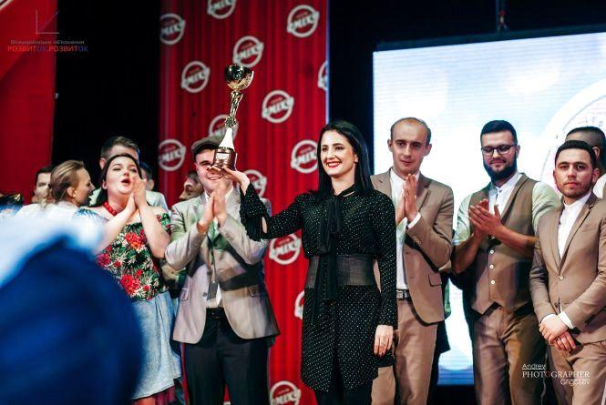 Ірина Борзова вручила кубок чемпіонам Вінницької Регіональної Ліги Сміху – команді «Моя Провінція»!!! (Новини компаній)