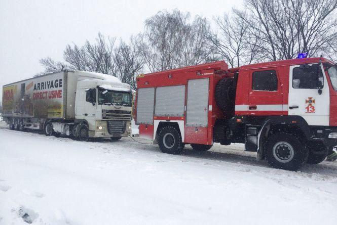 18 виїздів рятувальників та 41 врятоване життя: кому через снігопад було не до сну?