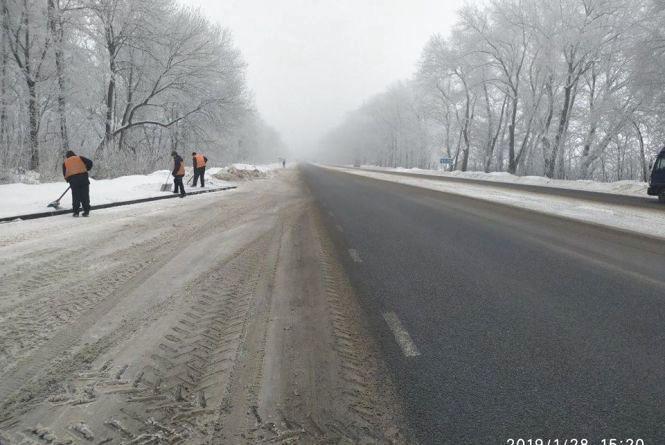 Проїзд забезпечено: дороги області почистили та посипали