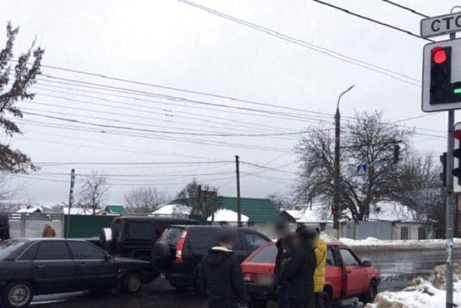 Вінниця 29 січня: нечищений сніг, два застряглі у ньому авто та ДТП