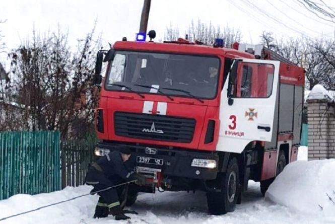 На Нагірній в снігу застрягла «швидка», а на Гонти - вантажівка