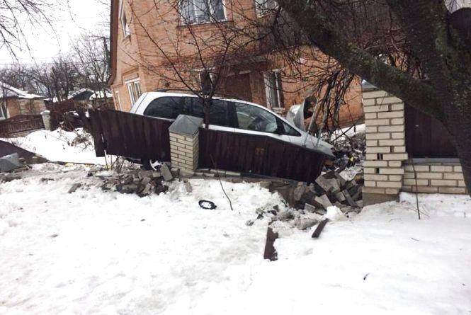 На Лесі Українки легковик залетів на приватне подвір'я протаранивши паркан