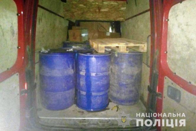 У Могилів-Подільському затримали бус з трьома тонами нелегального спирту