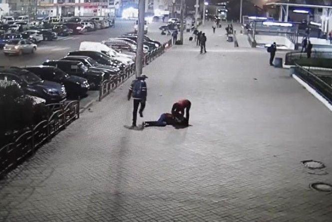 Гоп-стоп на вокзалі: двоє грабіжників били ногами чоловіка. Відео за вихідні