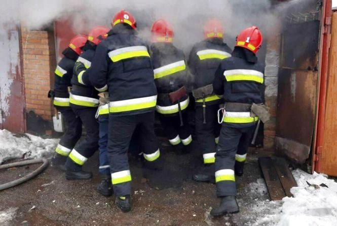 Вибух у Зарванцях. 10 бійців ДСНС приборкували пожежу в гаражі