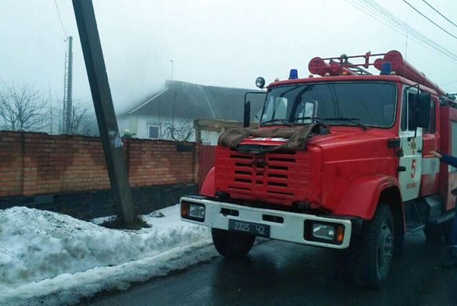 Дві пожежні машини гасили будинок на Вінницьких Хуторах (ФОТО з місця)