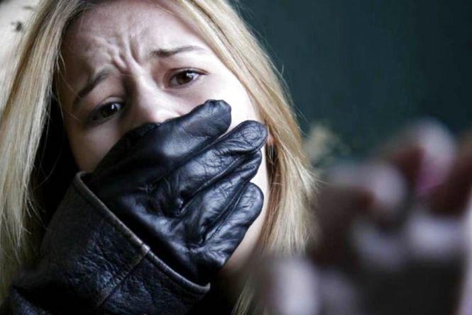 На очах у коханого: у Хмільнику біля санаторію бандити викрали дівчину