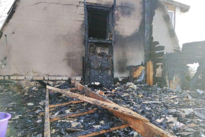 Чотири пожежних машини гасили два будинки на Вінниччині