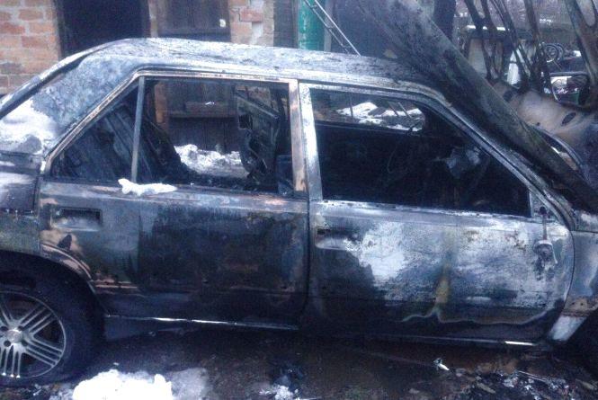 Renault згоріло до тла: фахівці з'ясовують причину пожежі у гаражі