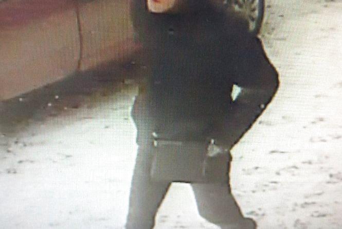 Поліція виклала фото та просить впізнати хлопця у чорній куртці