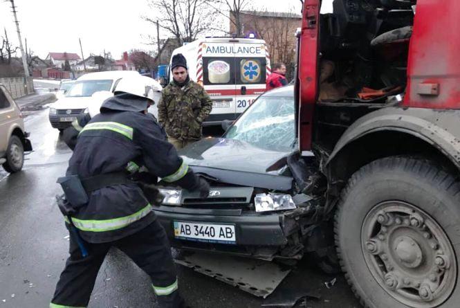 ДТП на Старому місті: зіткнулися «ВАЗу» та автоцистерна. Викликали швидку та рятувальників