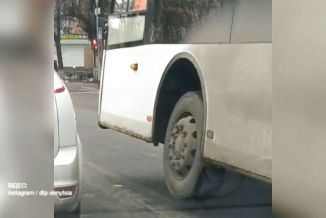 Відео дня: Вінницею їхав автобус на трьох колесах