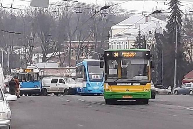 Аварія біля «Універмагу»: між трамваєм і тролейбусом затисло мікроавтобус