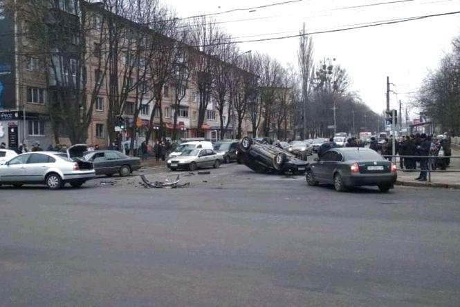 На Келецькій зіткнулися BMW та Volkswagen. Одне із авто перекинулось на дах