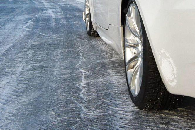 Дощ та ожеледиця: водіїв попереджають про ускладнення на дорогах