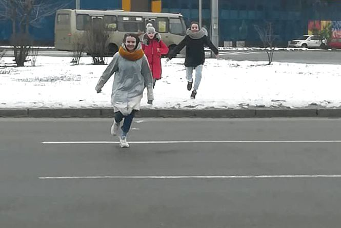 Перебігти дорогу перед машинами. Вінничани поширюють інформацію про нову суїцидальну гру