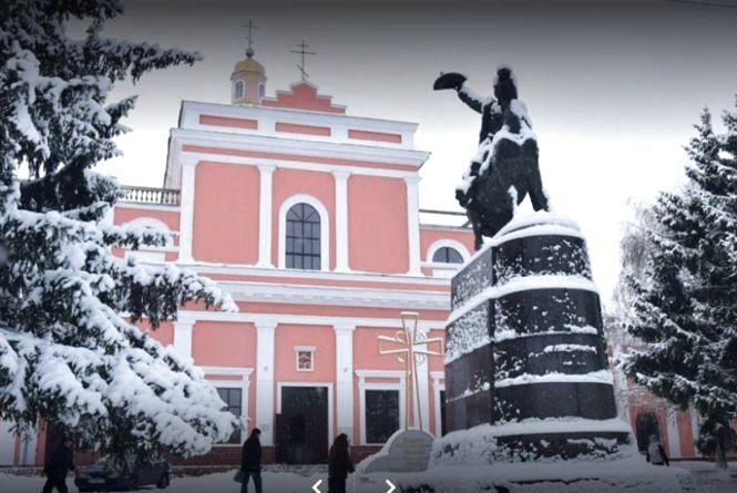 Червоним по фасаду: затримали хулігана, що розфарбував стіни собору